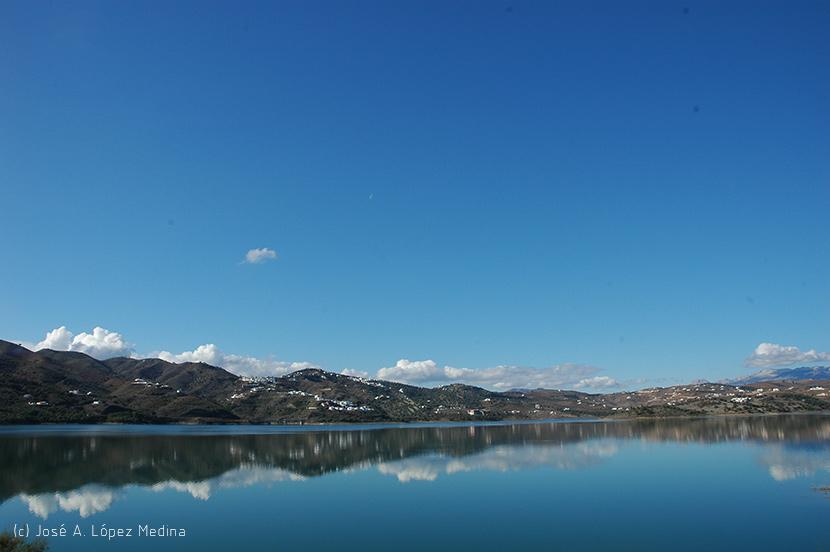 ¿Por qué el cielo es azul y las nubes son blancas u oscuras?