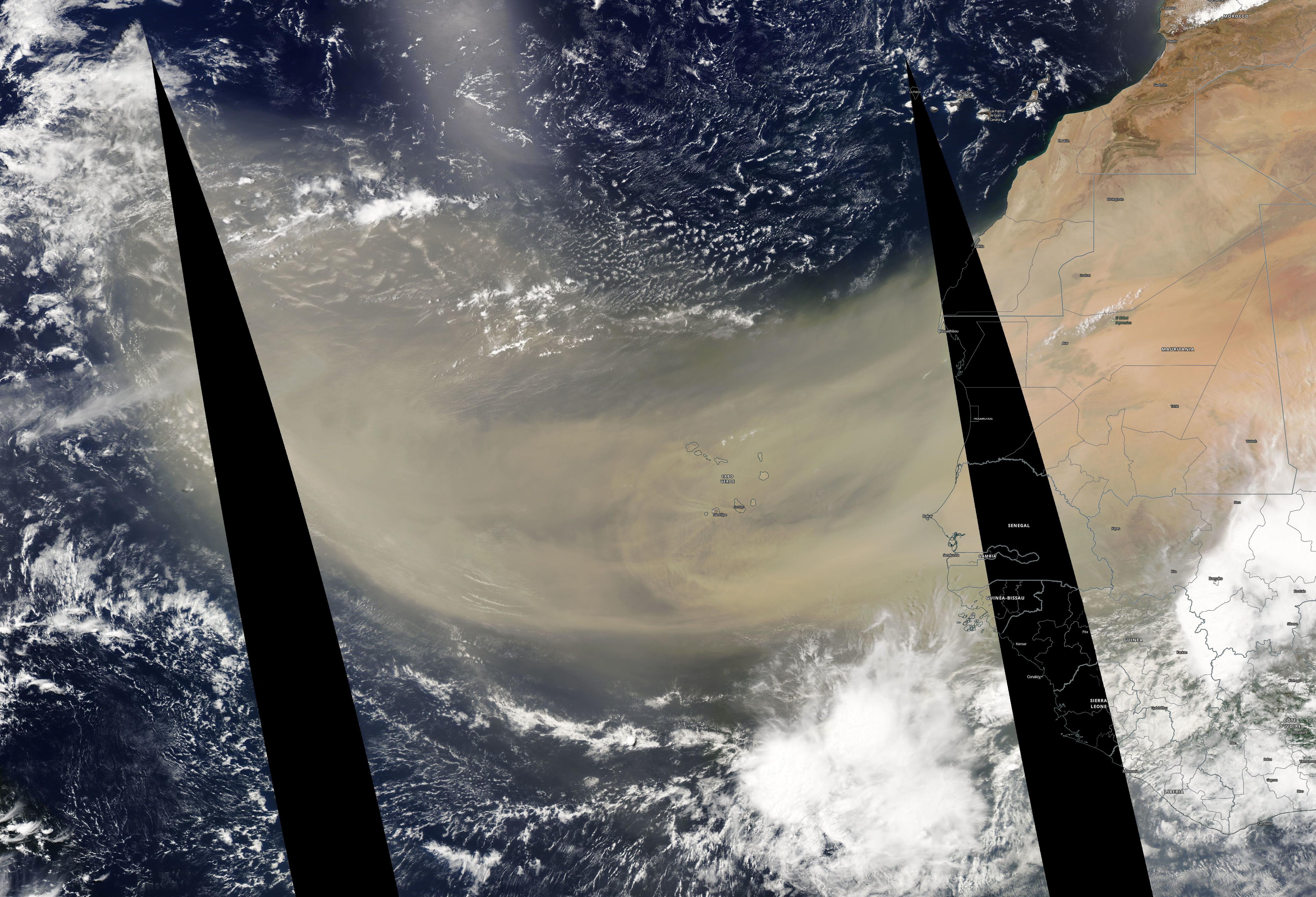 Enorme advección de polvo sahariano se adentra en el Atlántico