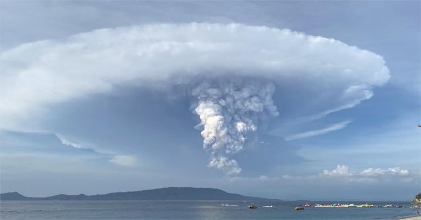 El volcán Taal en Filipinas genera un enorme pirocumulonimbo con rayos